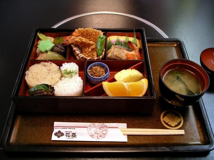 Bento_at_Hanabishi,_Koyasan